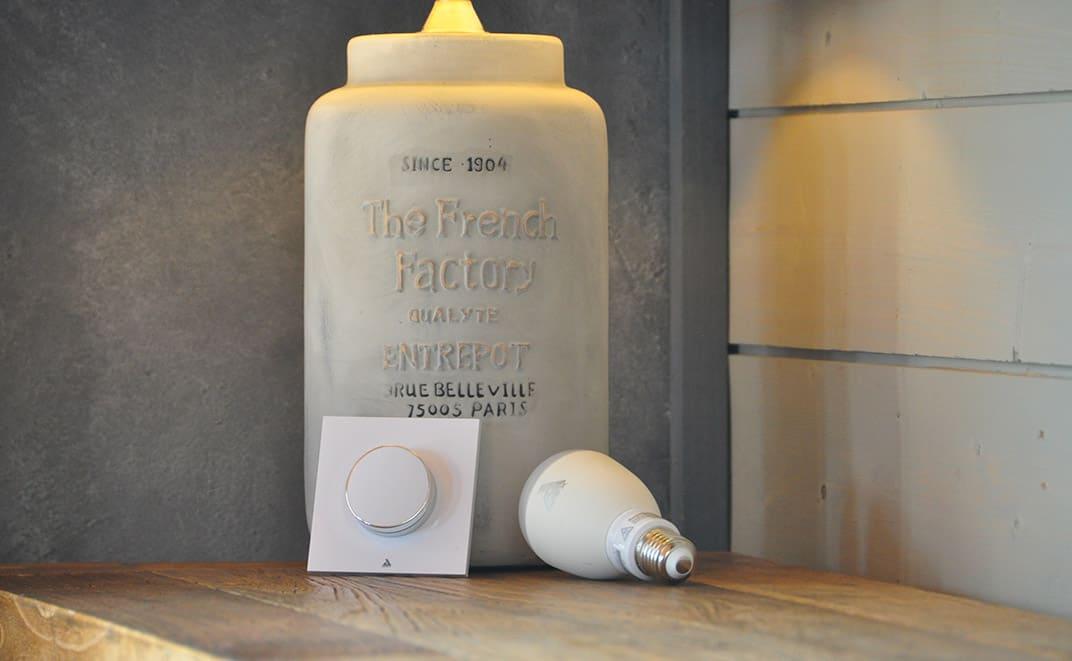 L'ampoule connectée et le smartPebble de chez Awox