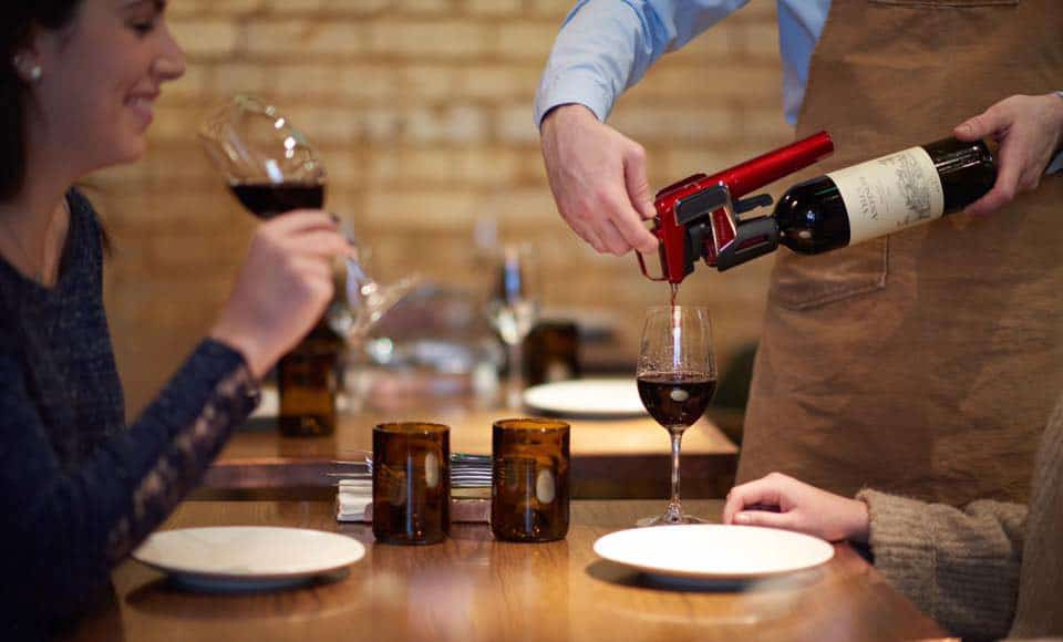 Model Eleven de Coravin, l'extracteur de vin connecté